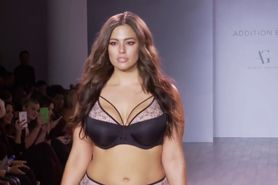Ashley Graham defile