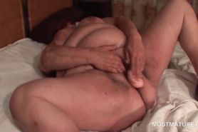 Mature nympho fucking her large horny cunt with big dil