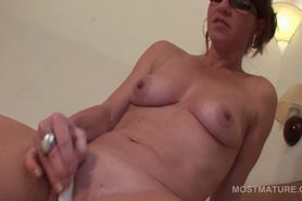 Mature hot tramp going solo with a vibrator
