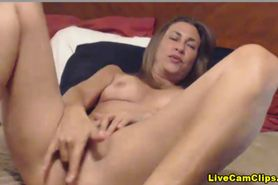 Busty Milf with a sweet looking pussy in a webcam