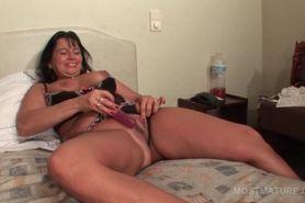 Lusty mature using large vibrator to self fuck
