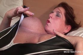 Mature in black pantyhose vibing her clit