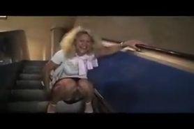 Deutsche Schlampe pisst auf der Rolltreppe