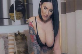 Erotic Short Haired Vixen And Her Lusty Show Live