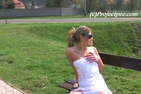 peeing in het park