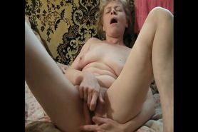 Mature amateur playing wet dirty pussy