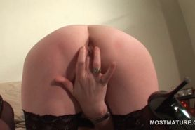 Sensual mature finger fucking her craving twat