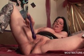 Mature slut vibes her clit and gets all wet