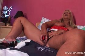 Mature sex queen in latex fucks herself with big sex to