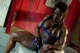 big clit black muscle lady masturbating
