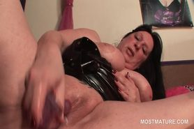 Brunette mature slut fucking her craving twat with sex